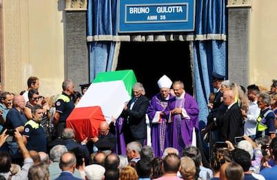 Legnano gremita per l'addio a Bruno Gulotta, ucciso a Barcellona