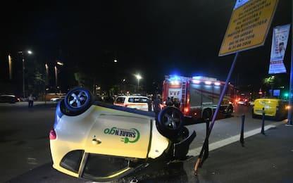 Milano, ragazza sfugge a tentativo di rapina e si ribalta con l'auto