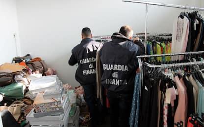 Casoria, sequestrati in outlet 5.000 capi abbigliamento contraffatti