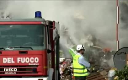 Mortara, il video dell'incendio nella ditta di rifiuti