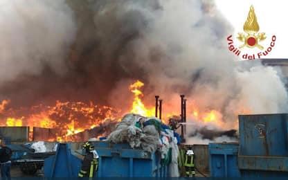 Mortara, incendio azienda rifiuti speciali: scuole chiuse per 2 giorni