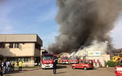 """Incendio Mortara, rischio diossina. Il sindaco: """"Non aprire finestre"""""""