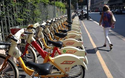 Milano, brucia 2 volte le bici del bike sharing in 3 giorni: arrestato