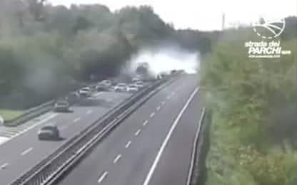 Incidente sulla A24, le immagini dello scontro in autostrada. VIDEO