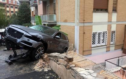 Auto impazzita finisce dentro un palazzo