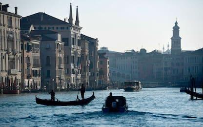 Venezia, turisti rubano una gondola per un giro romantico: denunciati