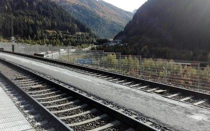 Bimbo abbandonato su treno merci al Brennero, identificata la famiglia