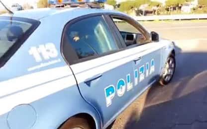 """Giallo a Ferrara, uomo morto in strada. Testimone: """"Scaricato da auto"""""""