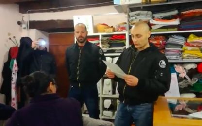 """Blitz naziskin in associazione pro-migranti di Como: """"Stop invasione"""""""