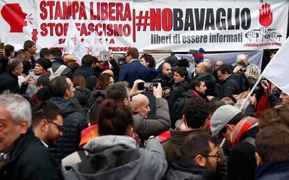 Blitz fascista, in tanti al presidio di solidarietà con Repubblica