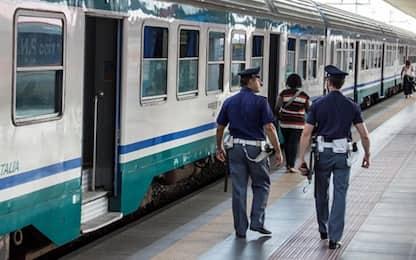 Napoli, lancio di pietre contro un treno: giovane ferita al volto