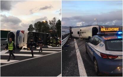 Pullman si ribalta sulla A2 vicino a Reggio Calabria, 15 feriti