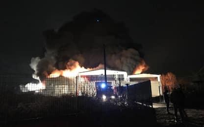 In fiamme capannone nel Pavese, si segue pista dolosa