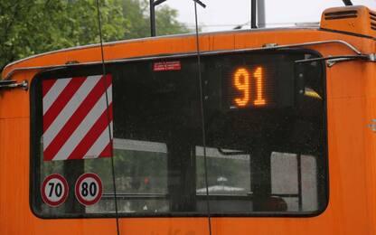 Milano, filobus si ferma e i passeggeri scendono per farlo ripartire
