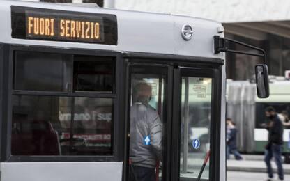 Roma, litiga sul bus: autista lo fa scendere, lui rompe tergicristalli