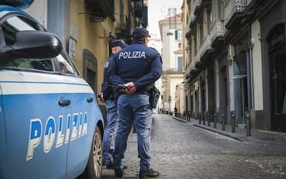 Torino, danneggia auto poi si siede su scale del Commissariato: preso