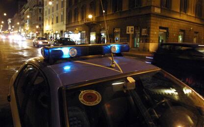 Aggredisce poliziotto con una roncola, l'agente spara e lo ferisce