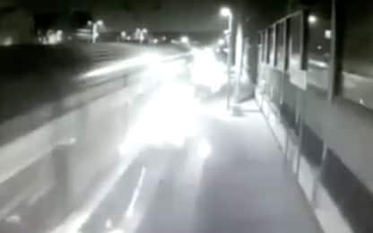Treno deragliato, le scintille del convoglio a Pioltello: il video