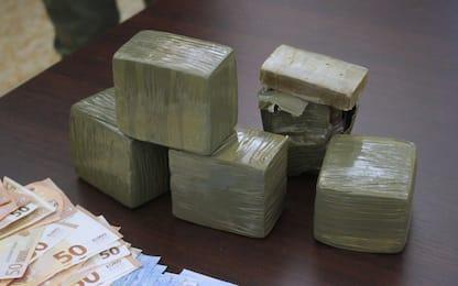 Milano, nasconde la droga nel passeggino del figlio: arrestato 20enne