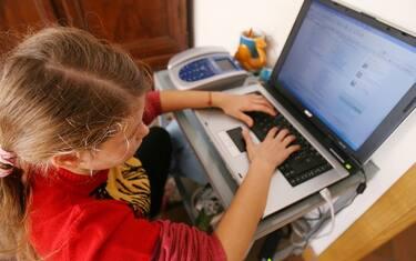 00_Bambina_Computer_Ansa