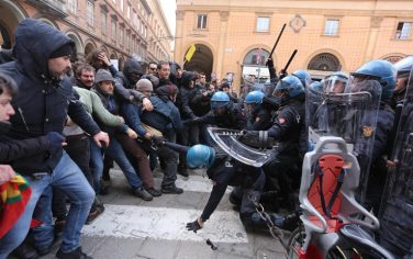 01_Scontri_Bologna_Ansa