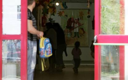 Maltrattamenti su bimbi a Varedo, maestra ai domiciliari