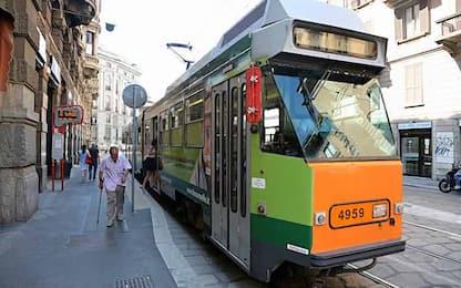 Milano, aggredisce conducente e si mette alla guida del tram: fermato