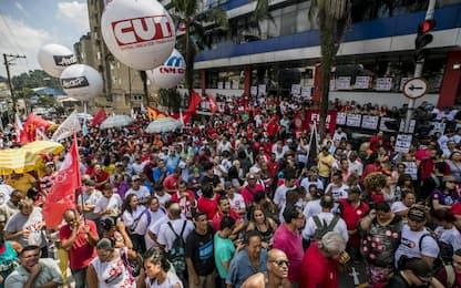 Brasile, Lula non si è consegnato alla polizia entro termini stabiliti