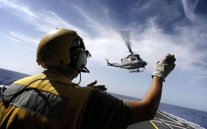 Elicottero della Marina cade in mare, muore uno dei 5 militari a bordo