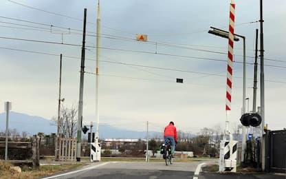 Novara, auto incastrata nel passaggio a livello: treno fermato dal 118