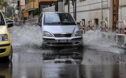 Milano, allagamento in via Giambellino: strada chiusa