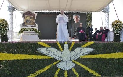 Papa prega sulla tomba di don Antonio