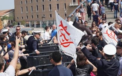 No Global contro i tornelli a Venezia