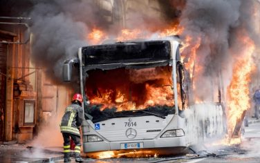 10ansa-autobus-roma-fiamme