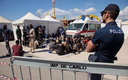 Migranti, la Sea Watch arrivata a Reggio Calabria: oltre 200 a bordo