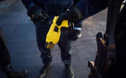 Taser, cos'è e come funziona la pistola elettrica