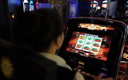 Vercelli, ingannano slot machine con tecnica 'pesciolino': arrestati