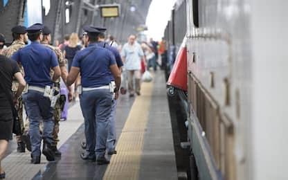 Novara, viaggia senza biglietto e ferisce capotreno: denunciato