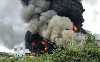 Incendio a Pietrasanta, brucia capannone solventi. Allarme in Versilia