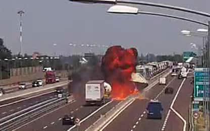 Incidente Bologna, autocisterna tampona tir. Poi l'esplosione: VIDEO