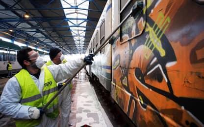 Imbrattano la carrozza di un treno nel Cuneense: due denunciati