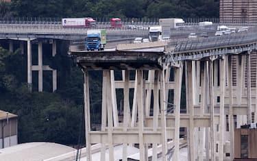 LaPresse-crollo_ponte_morandi_camion