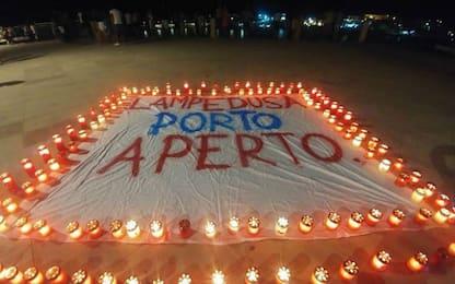 """Diciotti ancora in mare, a Lampedusa spunta striscione: """"Porto aperto"""""""