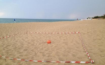 Cadavere in spiaggia nel Napoletano, forse vittima del maltempo