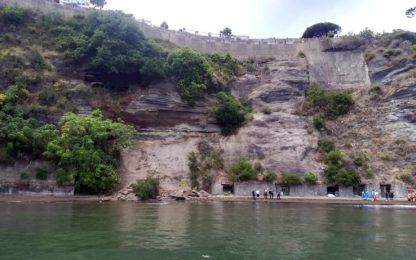 Procida, costone di roccia crolla sulla spiaggia: nessun ferito