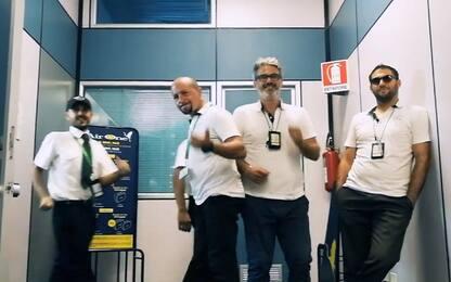 Palermo, dipendenti dell'aeroporto ballano e cantano i Backstreet Boys