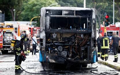 Roma, ancora un autobus Atac in fiamme: mezzo distrutto, nessun ferito