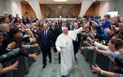 """Il siparietto di Bergoglio con una suora: """"Ti bacio ma tu non mordere"""""""