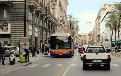 Palermo, bus 'scortati' da vigili urbani per contrastare vandalismo