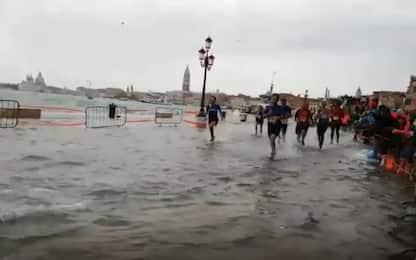 Venezia, la maratona fa i conti con l'acqua alta